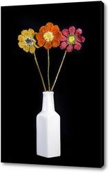 Букет цветов из валяной шерсти в белой вазе на чёрном фоне