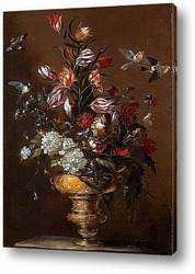 Цветы в золочёной вазе на каменном выступе