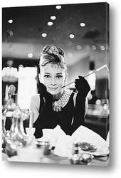 Одри Хепберн позирующая для рекламы фильма<Сабрина>.