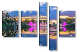 Цветомузыкальный фонтан на закате дня