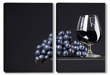 Модульная картина Бокал вина и виноград на темном фоне