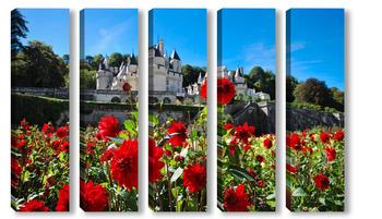 Модульная картина Замок Юссе, долина Луары, Франция летним солнечным днем на фоне цветущих красных георгинов