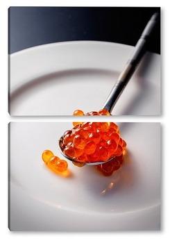 Модульная картина Ложечка с красной икрой на белой тарелке