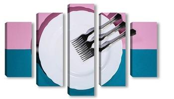 Модульная картина Три вилки на белой тарелке на цветном фоне